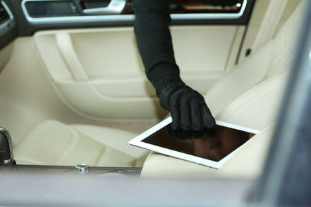 looter: Man burglar steals the tablet of car