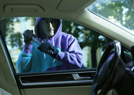 El hombre ladrón robar un coche Foto de archivo