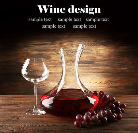 Szklana karafka wina na drewnianym tle