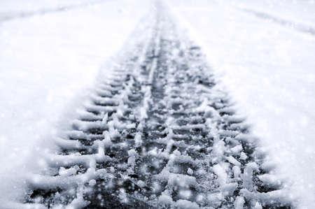 Auto band op winter weg