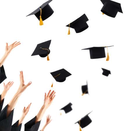 sombrero graduación Graduados que lanzan los sombreros de graduación de manos, aislado en blanco