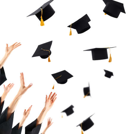 graduacion: Graduados que lanzan los sombreros de graduación de manos, aislado en blanco Foto de archivo