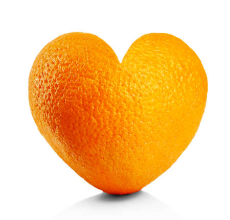 forme: orange mûre en forme de coeur isolé sur blanc