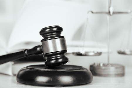 martillo juez: jueces de madera martillo sobre la mesa de madera, de cerca. estilizaci�n retro Foto de archivo