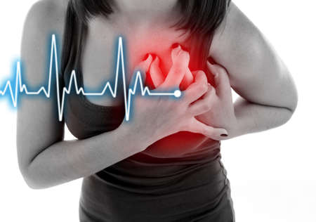 女性は胸の痛み - 心臓発作を持っていること。