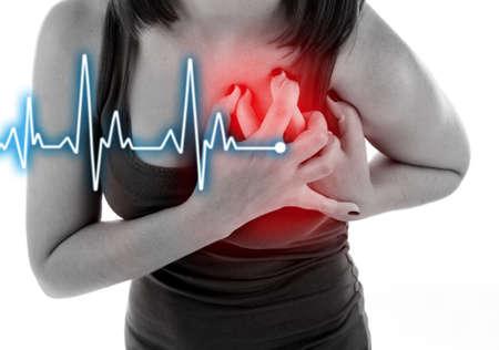 Vrouw met pijn op de borst - een hartaanval.