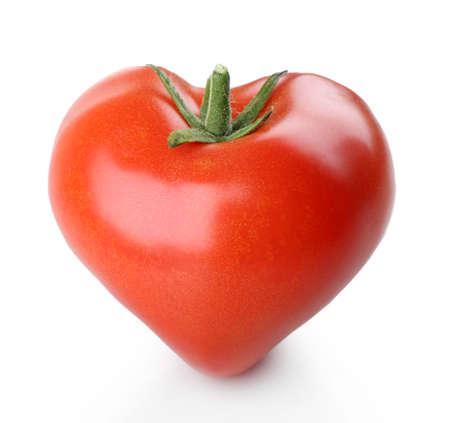 forme: tomate fraîche unique en forme de coeur isolé sur blanc