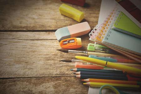 libros antiguos: material escolar brillante en la tabla de madera