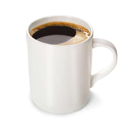 Kopje koffie op wit wordt geïsoleerd