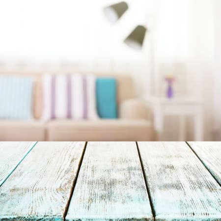 mesa de madera vacía y sala borrosa entre el fondo