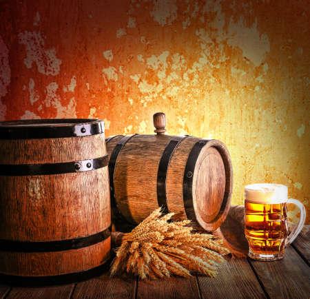 vasos de cerveza: Barril de cerveza con vasos de cerveza en la mesa sobre fondo marrón Foto de archivo