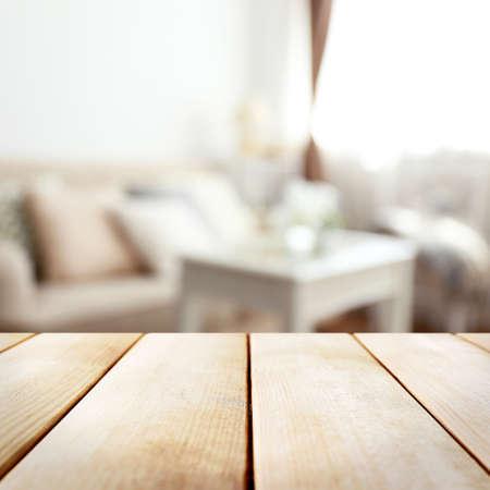 mesa de madera vacía y sala borrosa fondo interior
