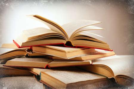 libros abiertos: Muchos libros abiertos sobre fondo claro