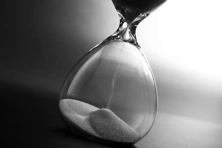 Reloj de arena en fondo oscuro Foto de archivo