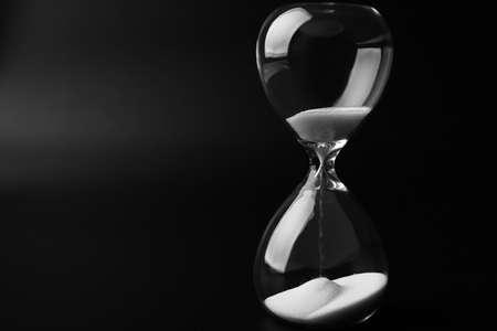 Hourglass sur fond sombre Banque d'images