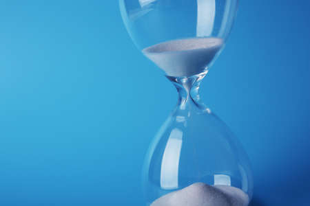 青色の背景色の砂時計