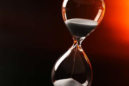 reloj de arena: Reloj de arena en el fondo color oscuro