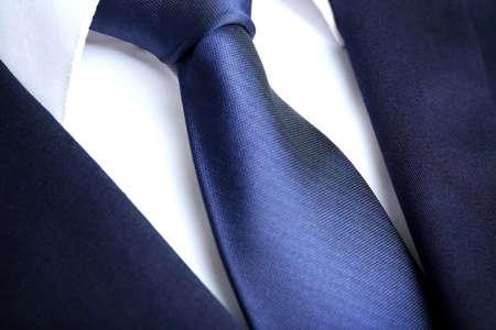 bata blanca: chaqueta masculina con camisa y corbata de cerca Foto de archivo