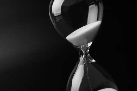 reloj de arena: Reloj de arena en fondo oscuro