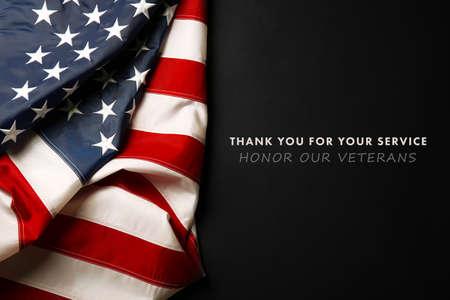 Testo Grazie per il vostro servizio su sfondo nero vicino bandiera americana Archivio Fotografico