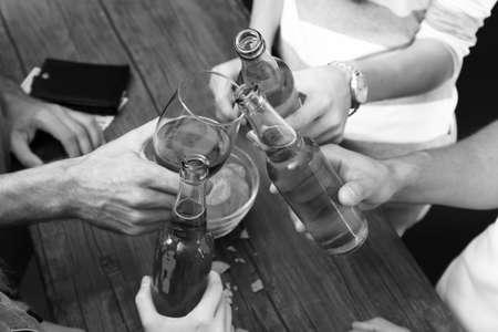 bebidas alcohÓlicas: Ver en los amigos que tienen las bebidas alcohólicas en el bar, primer plano