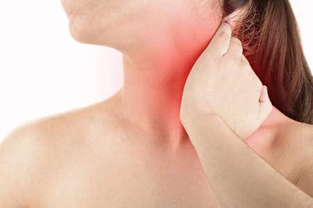 dolor muscular: Mujer joven con dolor en el cuello cerca