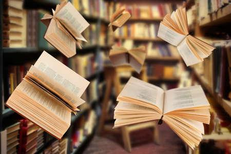 Fliegen offene Bücher in der Bibliothek
