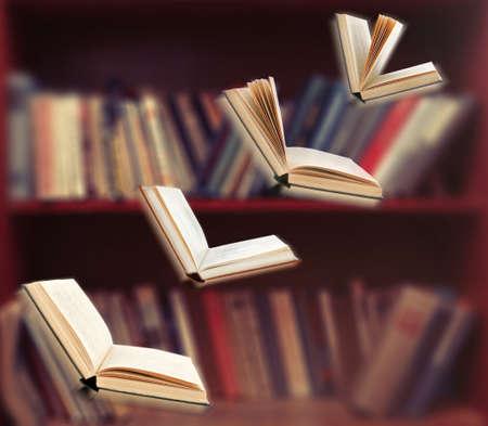 libros abiertos: Libros de vuelo abiertas en la biblioteca Foto de archivo