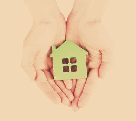fond de texte: femme, mains, avec le mod�le de la maison sur fond clair