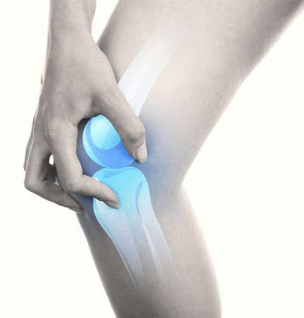 Jonge vrouw met pijn in de knie op wit wordt geïsoleerd Stockfoto