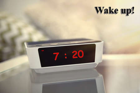 #54508410   Digitale Uhr 07.20 Uhr Auf Einem Nachttisch Im Schlafzimmer  Zeigt