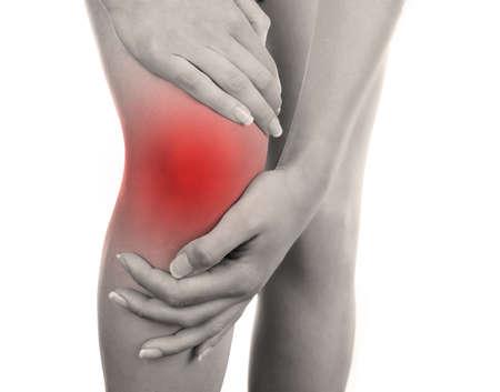 dolor de rodilla: Mujer joven con dolor en la rodilla aislado en blanco
