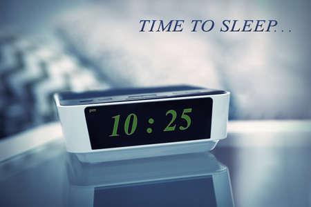 #54507456   Digitale Uhr Zeigt 10.25 Uhr Auf Einem Nachttisch Im  Schlafzimmer