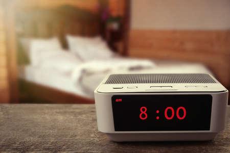 #54506711   Digitale Uhr Zeigt 8.00 Uhr Auf Holztisch, Schlafzimmer  Hintergrund