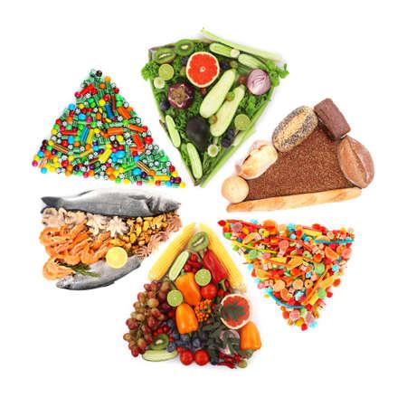 alimentos diferentes en forma de triángulos aislados en blanco