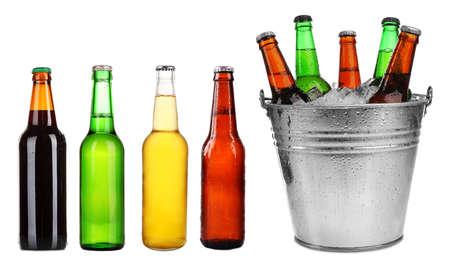 Diversi tipi di birra in bottiglie, isolato su bianco
