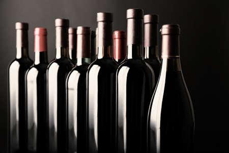 Diferentes cuellos de botella de vino en el fondo oscuro