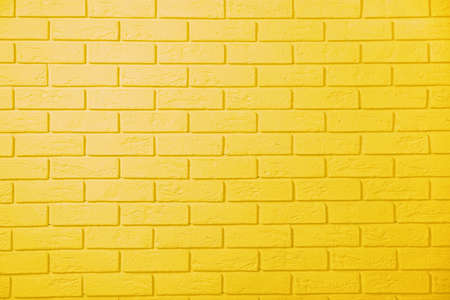 Žluté pozadí cihlové zdi