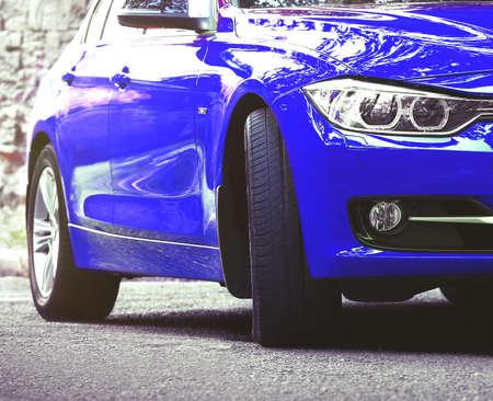 auto blu, all'aperto