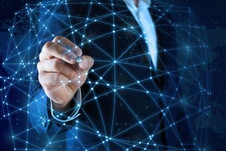 El hombre toque la conexión inalámbrica, el concepto de tecnología futurista