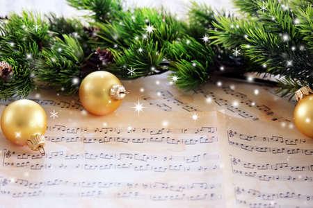 Weihnachtsschmuck auf Notenblätter mit Schnee-Effekt Standard-Bild