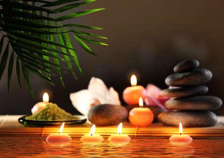 스파 돌, 꽃과 촛불 배경 흐리게에 물로 조성