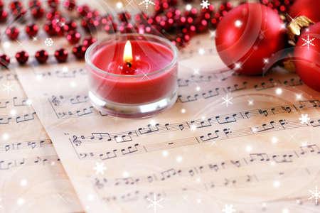 Decorazioni di Natale su fogli di musica con effetto neve Archivio Fotografico