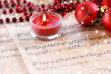 Kerstversiering op muziek bladen met sneeuw effect