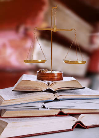 Justice se balance avec des livres sur table dans la bibliothèque Banque d'images - 65670933