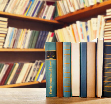 Libro en estantería en biblioteca con palabra de Derecho Ambiental