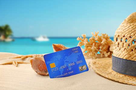 Kreditkarte im Urlaub auf verschwommenen Resort-Hintergrund