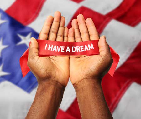 Día de Martin Luther King. Manos masculinas en la bandera de los Estados Unidos de América fondo