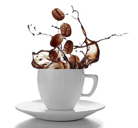 화이트 절연 튀는 커피와 함께 세라믹 컵 스톡 콘텐츠