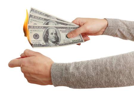 Vrouw branden dollar bankbiljetten geïsoleerd op wit Stockfoto